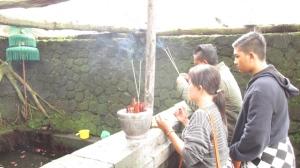 Berdoa di Sendang Pundi Sari